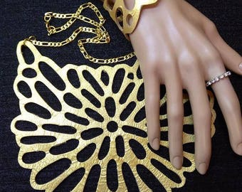 A spectacular necklace and bracelet leather gold color.