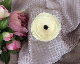 Flower 7.5 cm in pastel yellow chiffon with pearls
