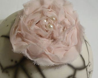 Flower brooch in powder pink fabric, three ivory pearls in the Center