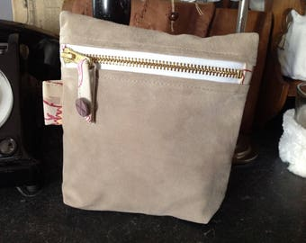 Zip pouch in cotton and beige suede beige flowers