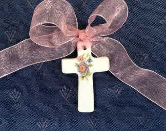 Cross cradle in white porcelain with multicolored, deco flowers for a child's room