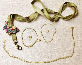 Porte-clés tour-de-cou fantaisie enfant et son petit lapin en bois peint, cordon coloré vert satiné et breloque bronze