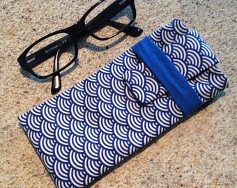 Practical glasses case with flap closure