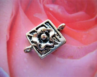 Pearl connector square with embossed silver metal flower