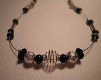 01592 - Black, white and silver tone necklace