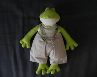 Frog green Tilda in beige pants