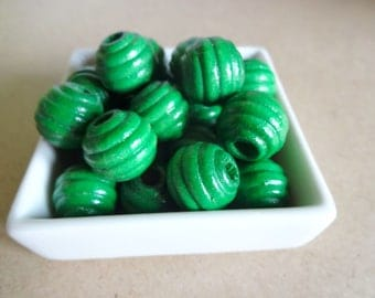 Wooden beads round green textured (22 x)