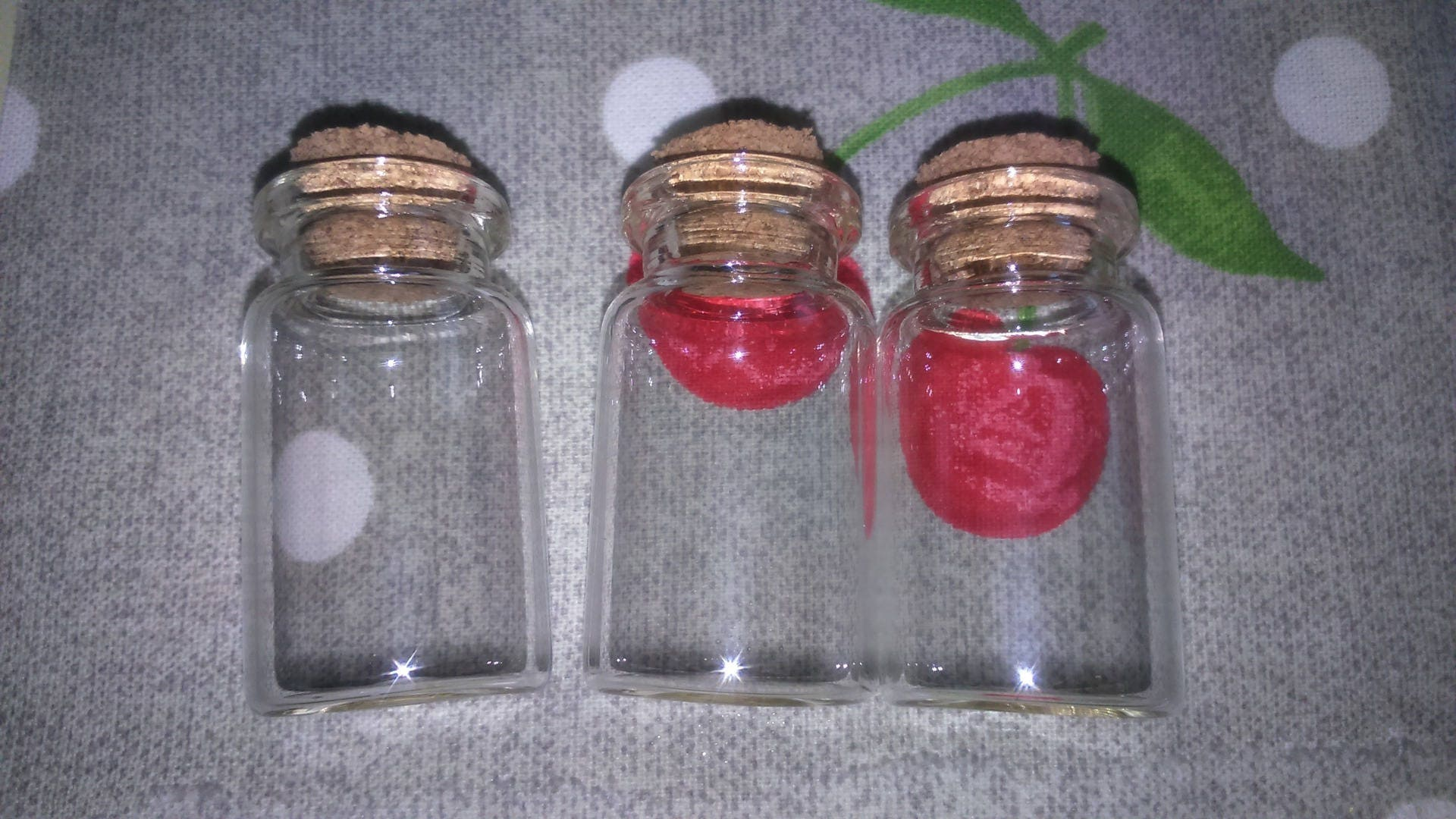 petite fiole en verre avec bouchon en li ge. Black Bedroom Furniture Sets. Home Design Ideas