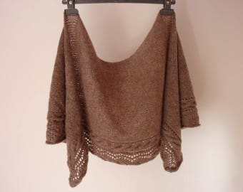Small shawl, shawlette, hand knitted, lined with a perforated Strip and a twisted