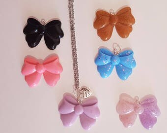 Necklace with bow in resin