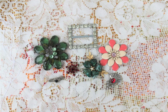 Lot of vintage brooches/holiday brooches/Jewelry lot/steampunk supplies/upcycled jewelry/craft supplies/jewelry supplies/costume jewelry