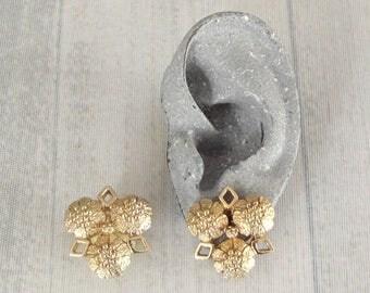 "Vintage Sarah Coventry Fashion-Rite Earrings .9"", Sarah Cov Flower Head Clip Ons, Elegant Floral Jewelry"