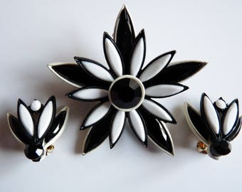 Mod Flower Power 1960s Black and White Demi Parure Flower Brooch and Clip Earrings