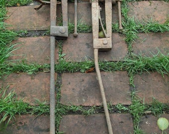 Pair of Antique Relic blacksmith's Leg vices, 10 kg each, Vise, forge use Farrier