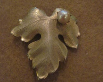 Vintage Beautiful Brushed Gold & Faux Pearl Leaf Pin/Brooch..#4450....60's/70's.....Fun/Fabulous/Hollywood