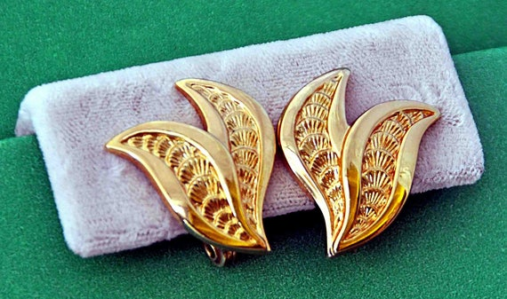 Vintage Signed MONET GOLDTONE LEAVES Earrings Leaf Shape Clip-On Excellent Condition