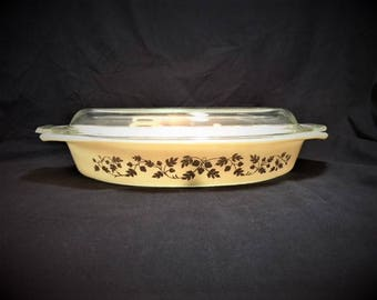 Pyrex Gold Acorn 1.5 qt divided casserole dish with clear lid
