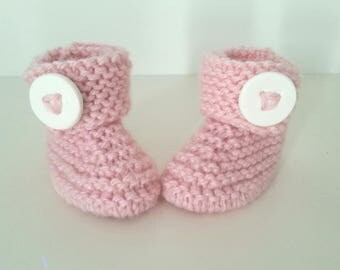 Slippers for born babies in 12 pink woolen hand-knitted months with ornamental button