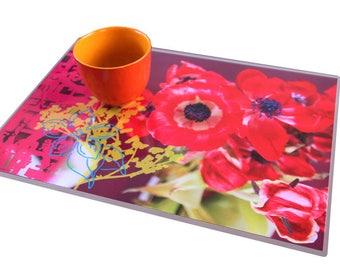 set de table plastifié illustré par un montage photos anémones rouges et motifs chinois