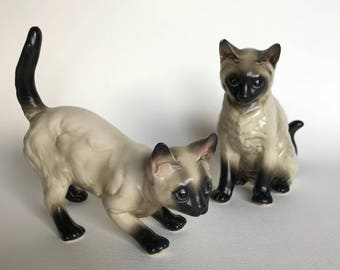 Vintage Porcelain Cat Figurines. Pair of Ceramic Siamese Kittens Sitting & Pouncing 80518N