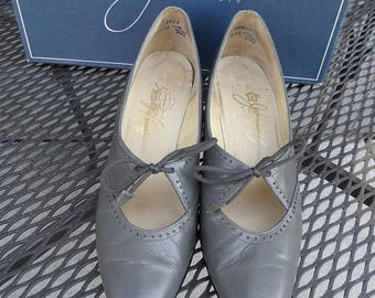 40% OFF Vintage 1992 Gray Leather Pumps* Size 8 AAAA . JOHANSEN . Made in Usa . 1 1/2 Inch Kitten Heels.  Classic .Narrow! Original Box