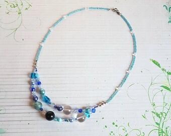 Collier de perles bleues ~ cristal de roche ~ blue sand stone ~ perles de verre ~ pièce unique ~ cadeau femme