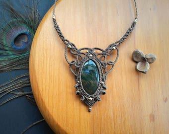 Heliotrope (Bloodstone) macrame pendant. Bohemian jewelry. Boho chic. Handcraft Jewelry. Bloodstone necklace. Gemstone jewel. Unique design
