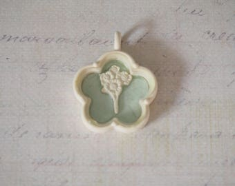 Pendant Shabby Chic / retro flower and green beige bouquet tender 23x28x7mm
