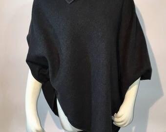 Mantella pratica dal taglio essenziale in panno di lana grigio. Practical cloak with essential cut in gray wool cloth.