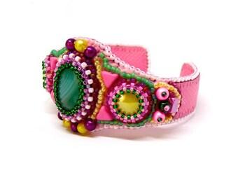 Bracelet manchette agate verte et cuir rose brodé de perles