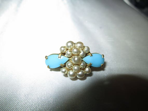 Beautiful vintage Deco goldtone turquoise and fx pearl petite brooch