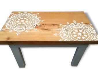 Table basse artisanale rustique moderne bois massif brut revisitée au pochoir inspiration mandala