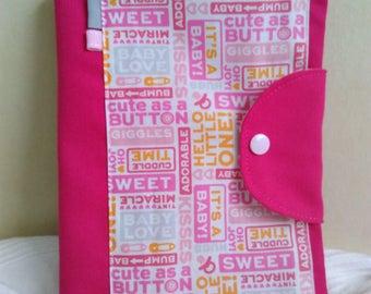 Protège carnet de santé fille rose et blanc avec inscriptions tons rose gris orange
