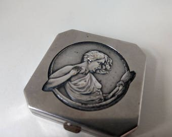 Art Nouveau small powder compact with Raphaelite lady