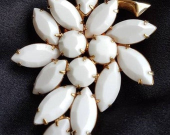 Vintage Milk Glass leaf brooch - vintage elegance from the 1960s. Milk Glass baguettes and chatons, goldtone, claw set stones.