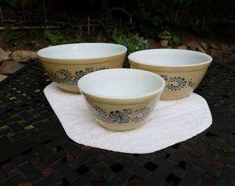 Vintage 1980's Pyrex Nesting Bowls in Homestead Pattern