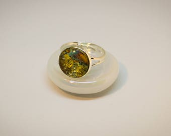 Cabochon ring, adjustable. Silver color with gold cabochon.