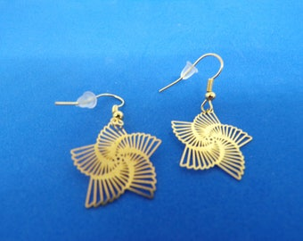Golden spiral shape pendant with earrings