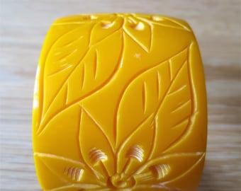 Vintage chunky carved egg yolk colour bangle C1940s/50s