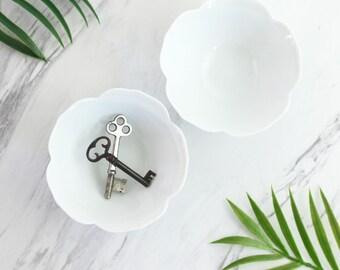 Vintage Pair of Nesting White Lotus Bowls / Mid Century Porcelain Flower Bowls / Vintage Lotus Bowls / Porcelain Lotus Bowls