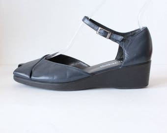 Vintage 1990s Moda Navy Blue Leather Peep Toe Wedges, size 7.5