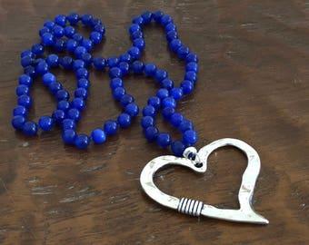 Navy blue beaded necklace with heart-shaped Zamak pendant/longnecklace/darkbluebeads/heartpendant/