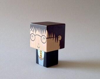 """Figurine cubique en bois décorative """"Harry""""- peinte à la main (taille S)"""