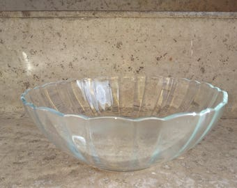 Large vintage clear glass serving bowl / trifle bowl.