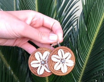 Vintage Seashell Earrings // Tropical Earrings // Tiki Earrings // Wicker Shells Pearls // Woven Earrings // 70s Earrings