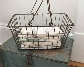 Sweet VINTAGE PRIMITIVE Wire Market Basket With Handles • Nice Smaller Size • Variety of Uses in Your Farmhouse !!