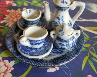 Adorable miniature Blue Willow tea set // Chinoiserie// blue and white // asian // Japanese // Chinese //