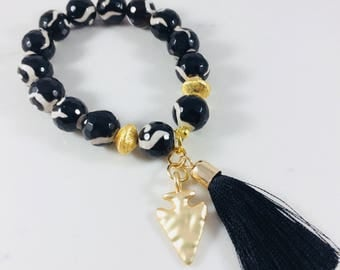 Black patterned agated beaded bracelet with black tassel and gold arrowhead charm // Fast and free shipping