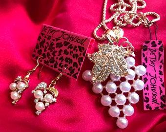 NEW Crystal  Rhinestones Pearl Grape Vine Pendant Necklace & Earrings  Gold Gift Box