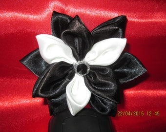 With its black and white satin flower Center button black and silver size 9 cm